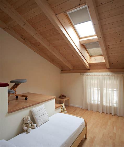 illuminazione tetto in legno tetto in legno per una mansarda luminosa e accogliente