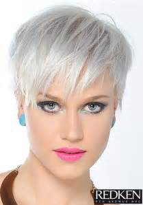 kurzhaarfrisuren damen platinblond fransiger cut in platin blond pixie frisuren bilder cosmoty de