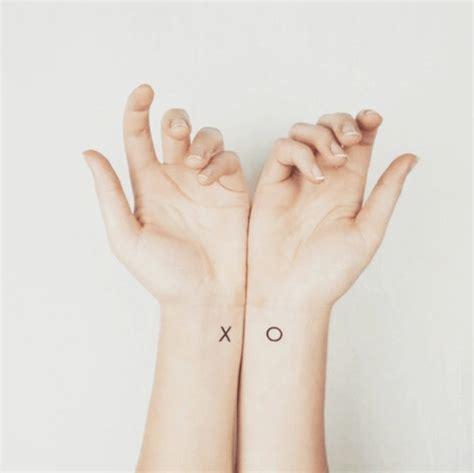 couple tattoo x o 20 id 233 es de tatouages pour le poignet rep 233 r 233 s sur
