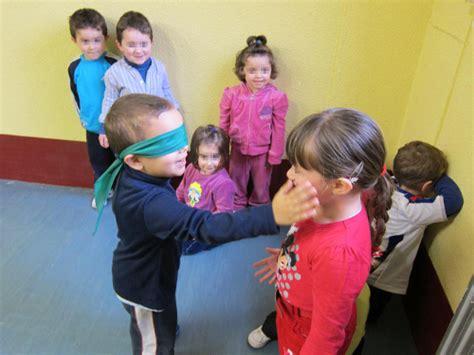 imagenes de juegos sensoriales para niños la gallina ciega juego tradicional ideal para cumplea 241 os