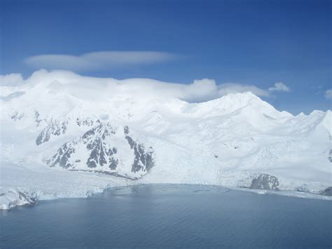 Shelf Español by Satellites Reveal Rapid Acceleration Of Antarctic Glacier