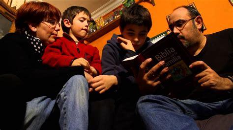 imagenes de la familia leyendo biblia cat 243 lica de la familia youtube