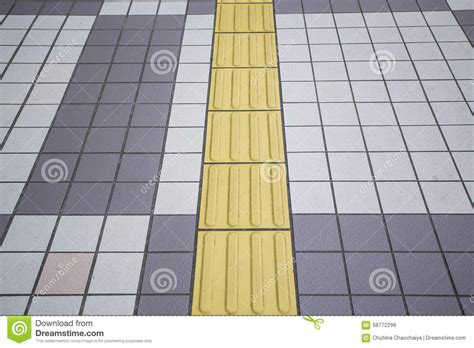 piastrelle gialle piastrelle per pavimento daltoniche gialle sul passaggio
