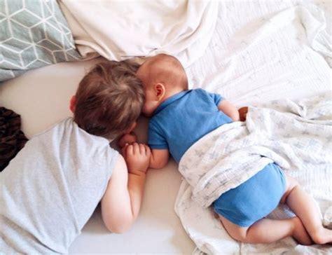 baby ins bett bringen baby familie