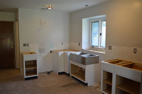 how to install kitchen base cabinets diwyatt installing the base cabinets loving here