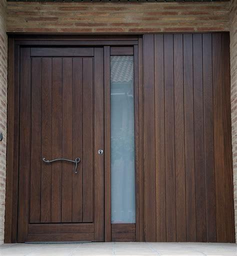 puerta de entrada madera foto puerta de entrada de madera de pino de carpinter 237 a