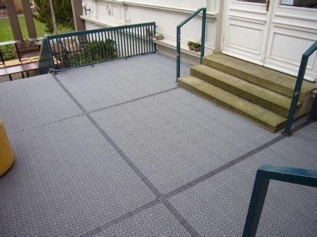 Terrassenbelag Aus Kunststoff by Silbergraue Terrasse Mit Bergo Terrassenboden Und