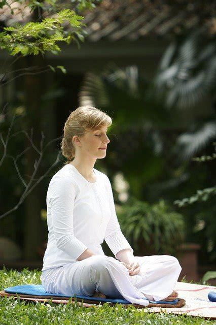 photo woman buddhist meditate wat  image