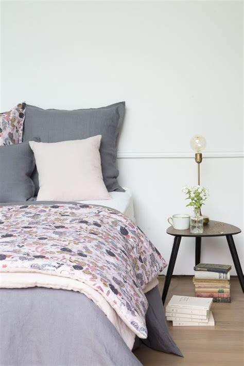Impressionnant Chaise Bois Blanche #2: Du-linge-de-lit-aux-imprimes-fleuris-pour-une-chambre-cosy_5973396.jpg