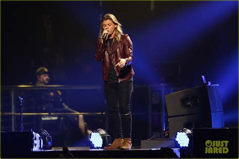 charlie puth jingle ball performance charlie puth gets attention from beautiful girls at y100 s