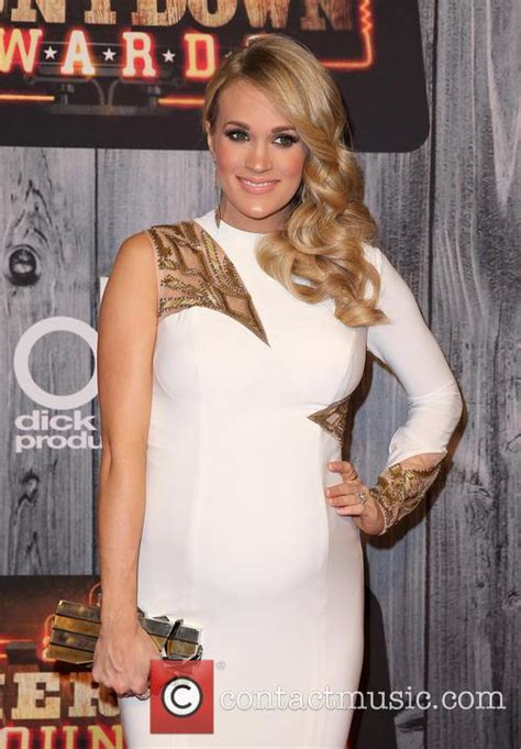 carrie underwood dogs carrie underwood into own car to rescue dogs contactmusic