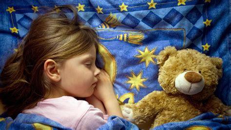 wann müssen kleinkinder ins bett schlaftabelle wann muss mein in der schulzeit ins