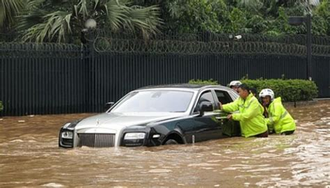 roll royce indonesia rolls royce ghost up in floods