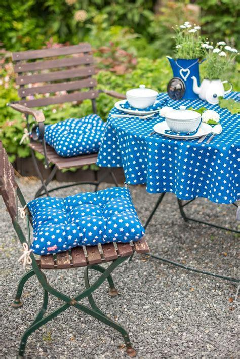 tischdecken kaffeetafel ein knalliges blau auf tischdecken und sitzkissen setzt
