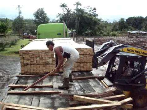 al camin carga de madera en el aserradero