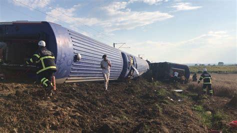 Mit Zug Nach T Rkei Auto by Zugungl 252 Ck In Der T 252 Rkei Zehn Tote Und 73 Verletzte