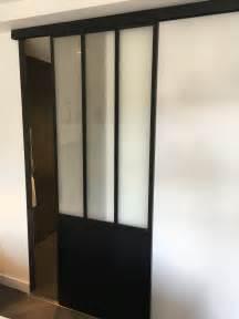 porte coulissante dans une salle de bain fa 231 on verri 232 re