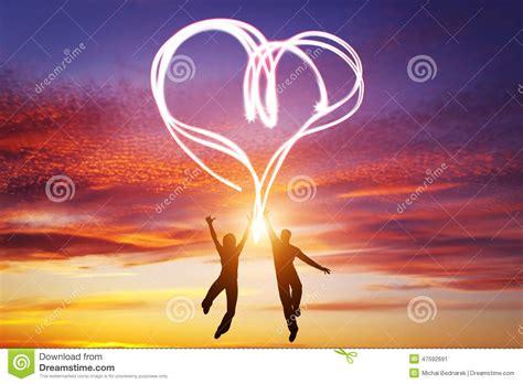 imagenes de paisajes de amor happy couple in love jump making heart symbol of light