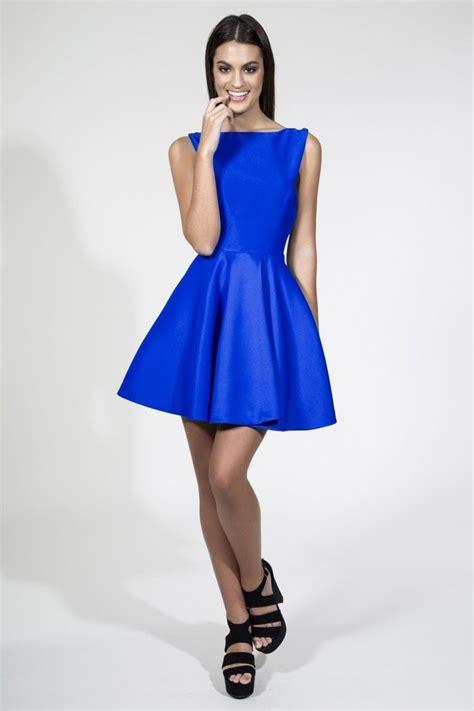 imagenes vestido negro con azul vestido corto de vuelo con espectacular escote espalda en v
