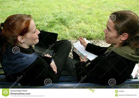 studenten bank studenten op een bank stock afbeelding afbeelding