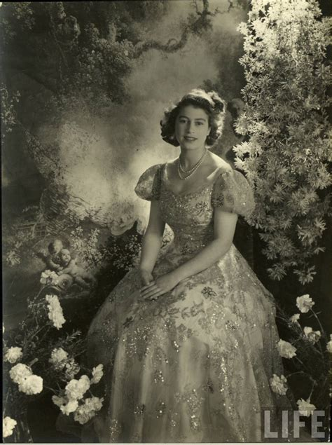 queen elizabeth ii 30 rare and stunning vintage photos of a young queen