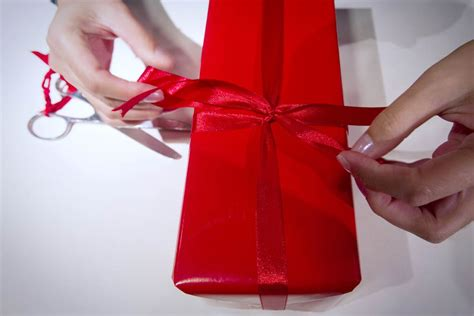 how to wrap a present how to wrap a gift in 12 seconds flat and prepare it for