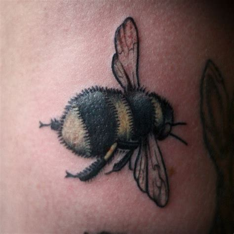small bumble bee tattoo best 20 bumble bee ideas on