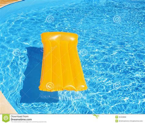 colch n inflable colch 243 n inflable que flota en la piscina fotos de archivo