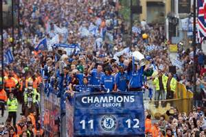 Chelsea Parade | chelsea players show off the chions league trophy