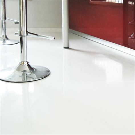 pavimento resina bianco bianco assoluto effetto specchio
