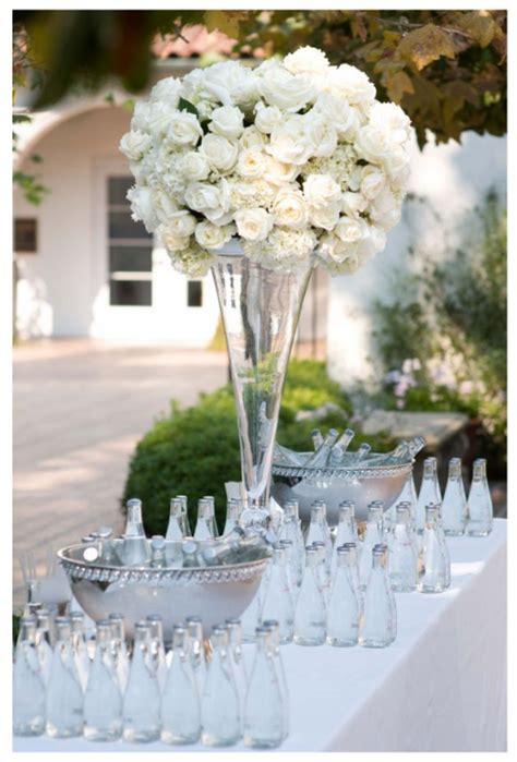 imagenes de centros de mesa para matrimonios con botellas centros de mesa para boda con flores blancas