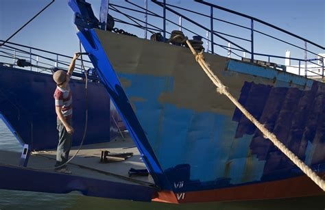 file a dock worker painting a ship s hull auckland 0294