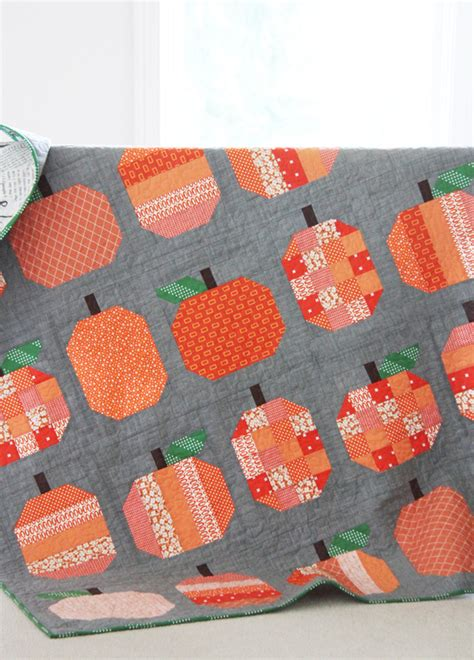 Patchwork Pumpkin - a thread of welcome fall fall quilting inspiration