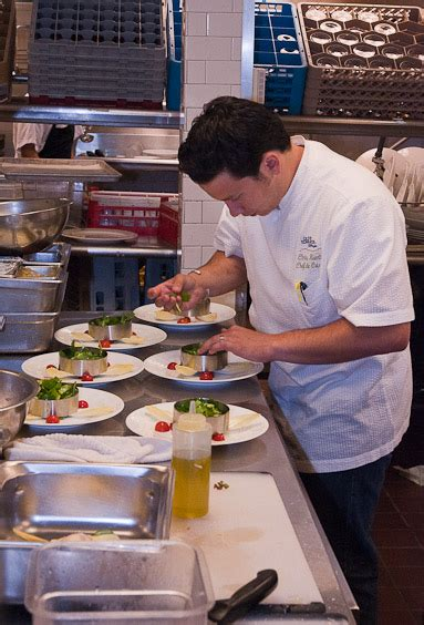 sous chef de cuisine in the kitchen with chef johannes klapdohr schmackofatz