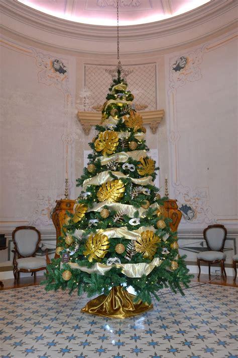 193 rbol de navidad dorado y plateado en casa colonial cor