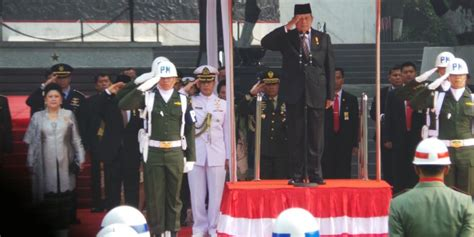 Monumen Oleh Indra Tranggono sebelum pimpin upacara sby sempatkan ngobrol dengan jokowi kompas