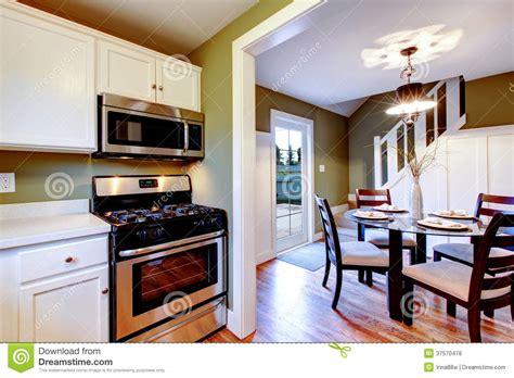imagenes libres cocina interior blanco y verde oliva de la cocina y del comedor