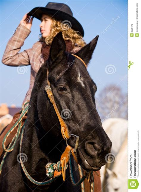 mujer abotonada por un caballo montar a caballo rubio encantador de la mujer en co