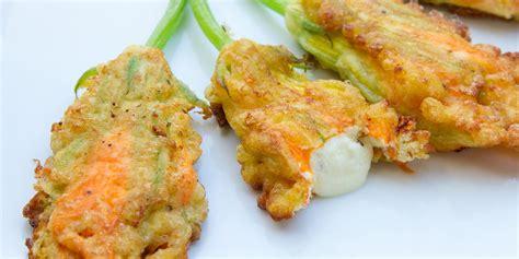 cucinare fiori di zucca fritti ricetta fiori di zucca fritti ripieni di ricotta roba da