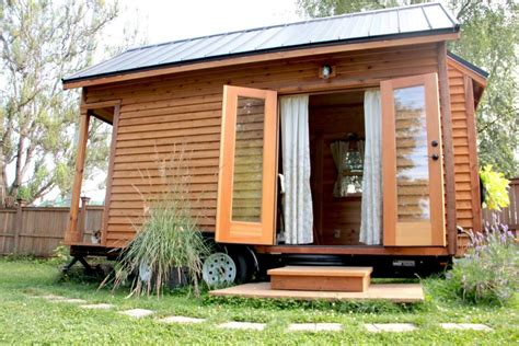 backyard broadcasting tiny house in backyard abc news australian broadcasting