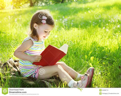 libro 1 nudist girls of child reading a book on the grass in sunny summer stock photo image 55288774