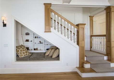 Impressionnant Amenagement Salon Avec Escalier #3: aménagement-sous-escalier-espace-repos-coin-lecture.jpg