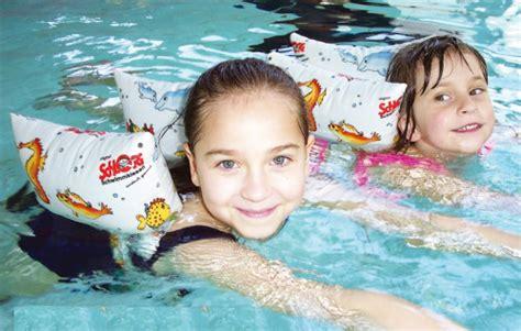 ab wann schwimmen lernen sichere schwimmhilfen f 252 r kinder