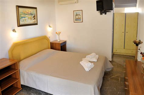 rooms to let clean rooms to let pansion mery panos spetses 29 pension panos