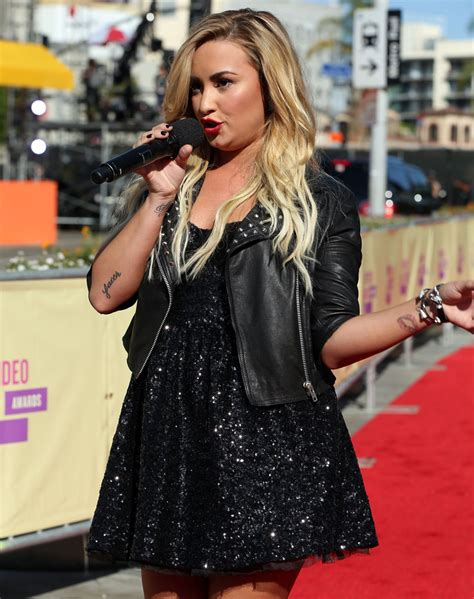 Carpet Demi And Work The Lbd by More Pics Of Demi Lovato Black Dress 11 Of 18