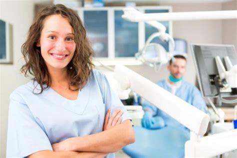 retribuzione assistente alla poltrona lavoro odontoiatra segretaria e assistente alla poltrona