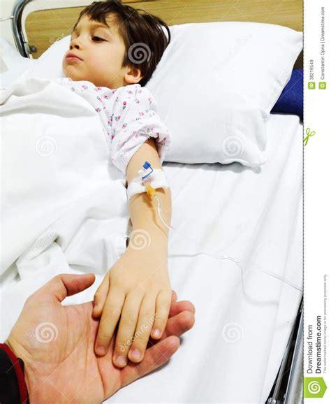 enfant malade sur le lit d h 244 pital images libres de droits