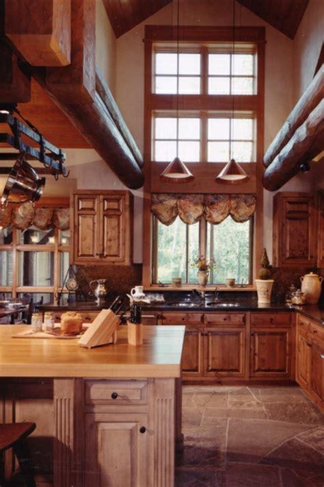 wohnideen hohe decken k 252 che im landhausstil gestalten rustikaler touch zu hause