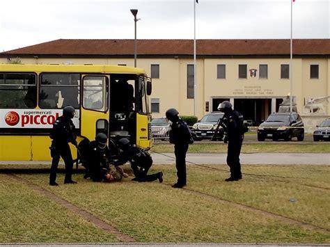 simulazione test carabinieri terroristi sequestrano un autobus alla caserma ederle