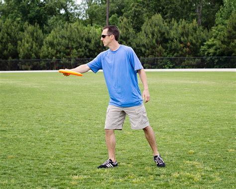 how to a frisbee backhand frisbee throw vitathread